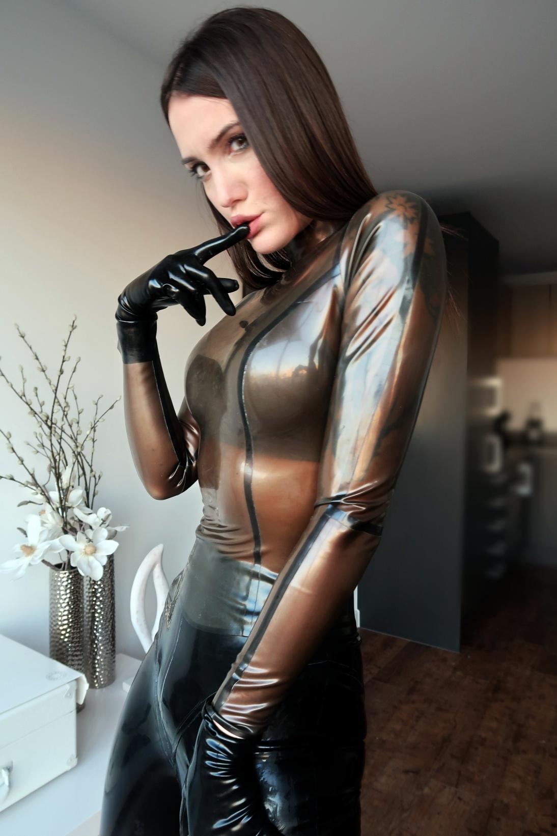 Zoe Noir Latex Mistress – London I am back!